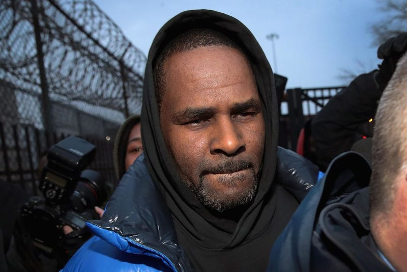 Illustration for article titled R. Kelly Posts Bail, Heads to McDonald's Where He Allegedly Used to Scout Teenage Girls