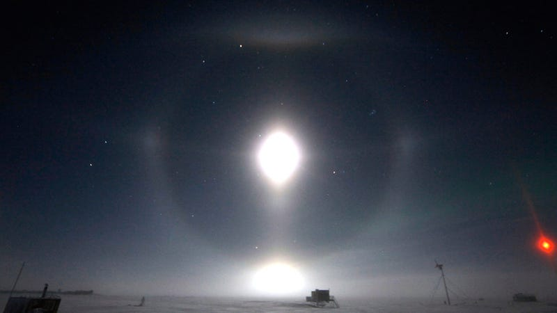 Illustration for article titled These Strange Light Effects In the Arctic Sky Are Not UFOs