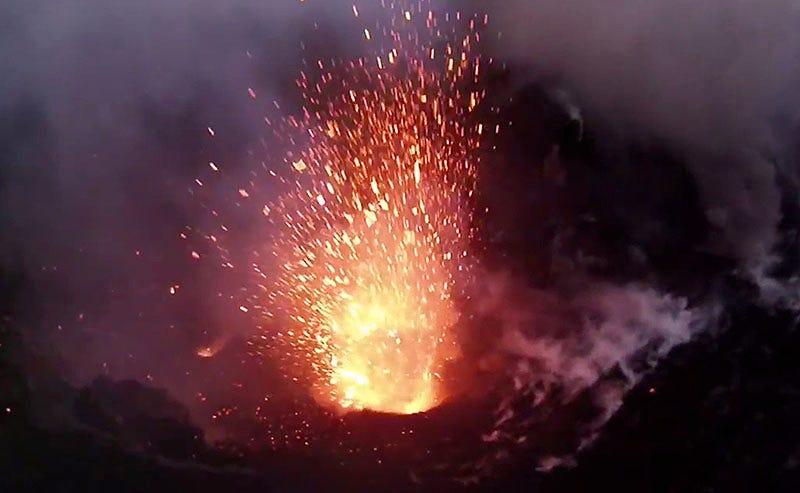 Illustration for article titled La violenta erupción de un volcán, grabada de cerca desde un dron