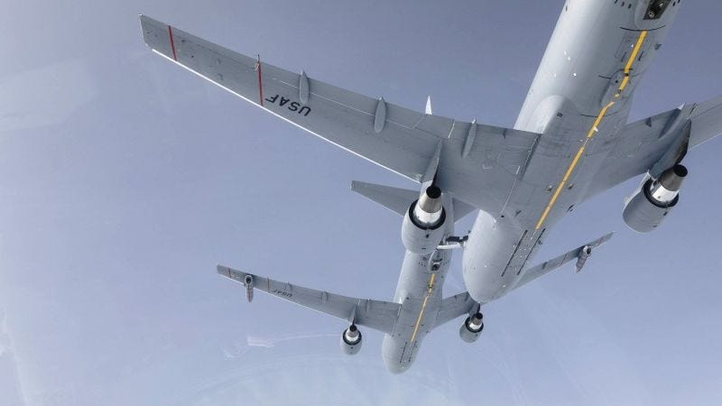 Illustration for article titled Mira cómo un avión cisterna abastece de combustible a otro avión igual en pleno vuelo