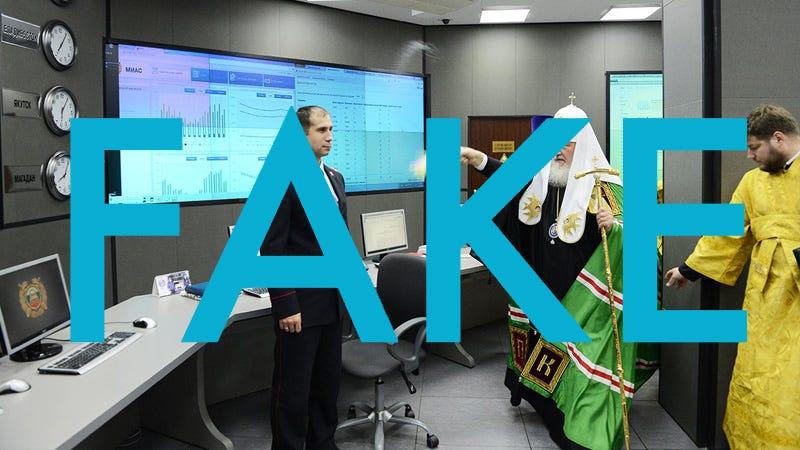 Illustration for article titled Esa foto viral del patriarca de la iglesia rusa bendiciendo computadoras para protegerlas de ransomware es falsa