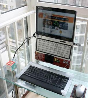 Illustration for article titled DIY Coat Hanger Laptop Stand