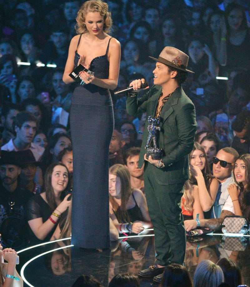 Illustration for article titled This Photo of Taylor Swift With Bruno Mars Is Giving Me Nightmares