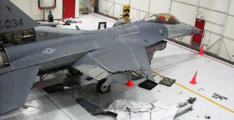 Illustration for article titled Este F-16 logró volar 160 km y aterrizar con media ala arrancada