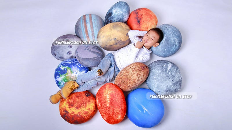 Illustration for article titled Planetary Pillows Let You Sleep With Our Solar System