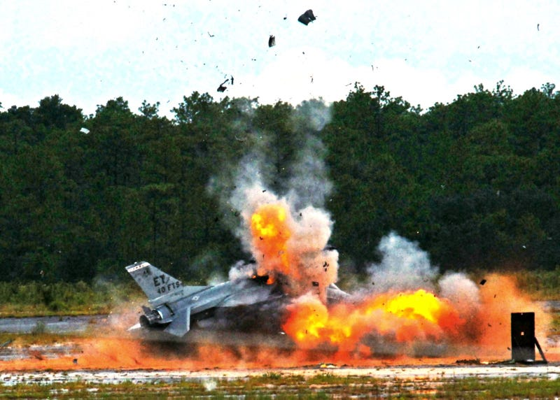 Illustration for article titled This Is What Blowing Up An F-16 Looks Like