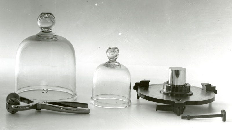 Copia del cilindro de platino e iridio que se conserva en Estados Unidos