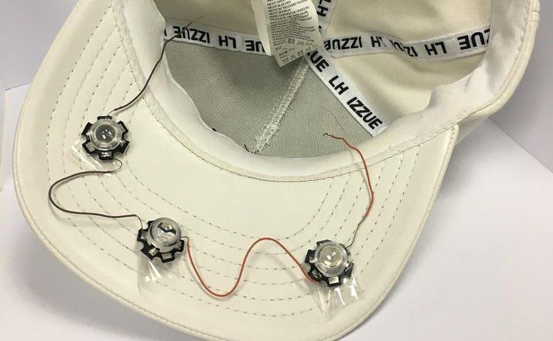 Illustration for article titled Una simple gorra con un emisor oculto puede hacer creer a un sistema de reconocimiento que eres otra persona