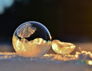 Illustration for article titled Beautiful frozen bubbles