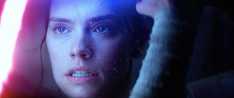 Illustration for article titled Dos correcciones en la página de Star Wars dan nuevas pistas sobre la verdadera relación entre Rey y Kylo Ren