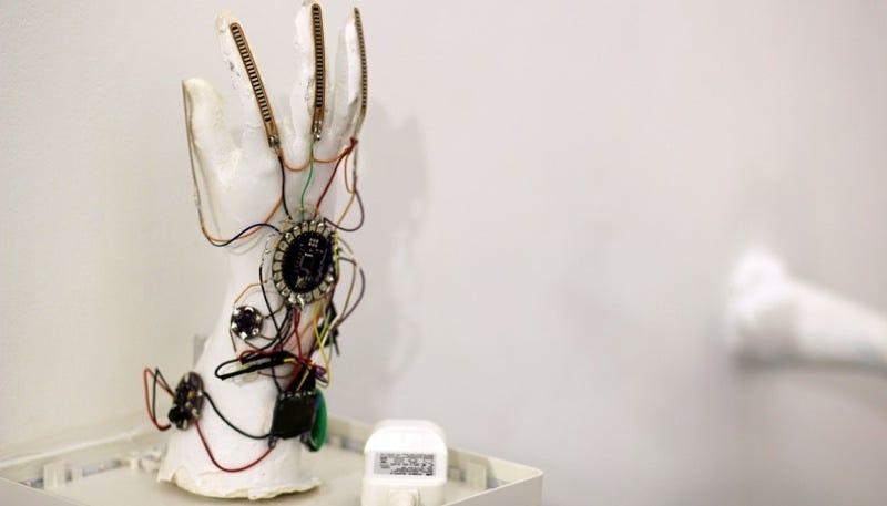 Una estudiante saudí inventa un guante que convierte la lengua de signos en voz
