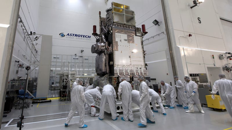 Technicians and engineers move GOES-S into a clean room for further processing. Photo: NASA/Leif Heimbold