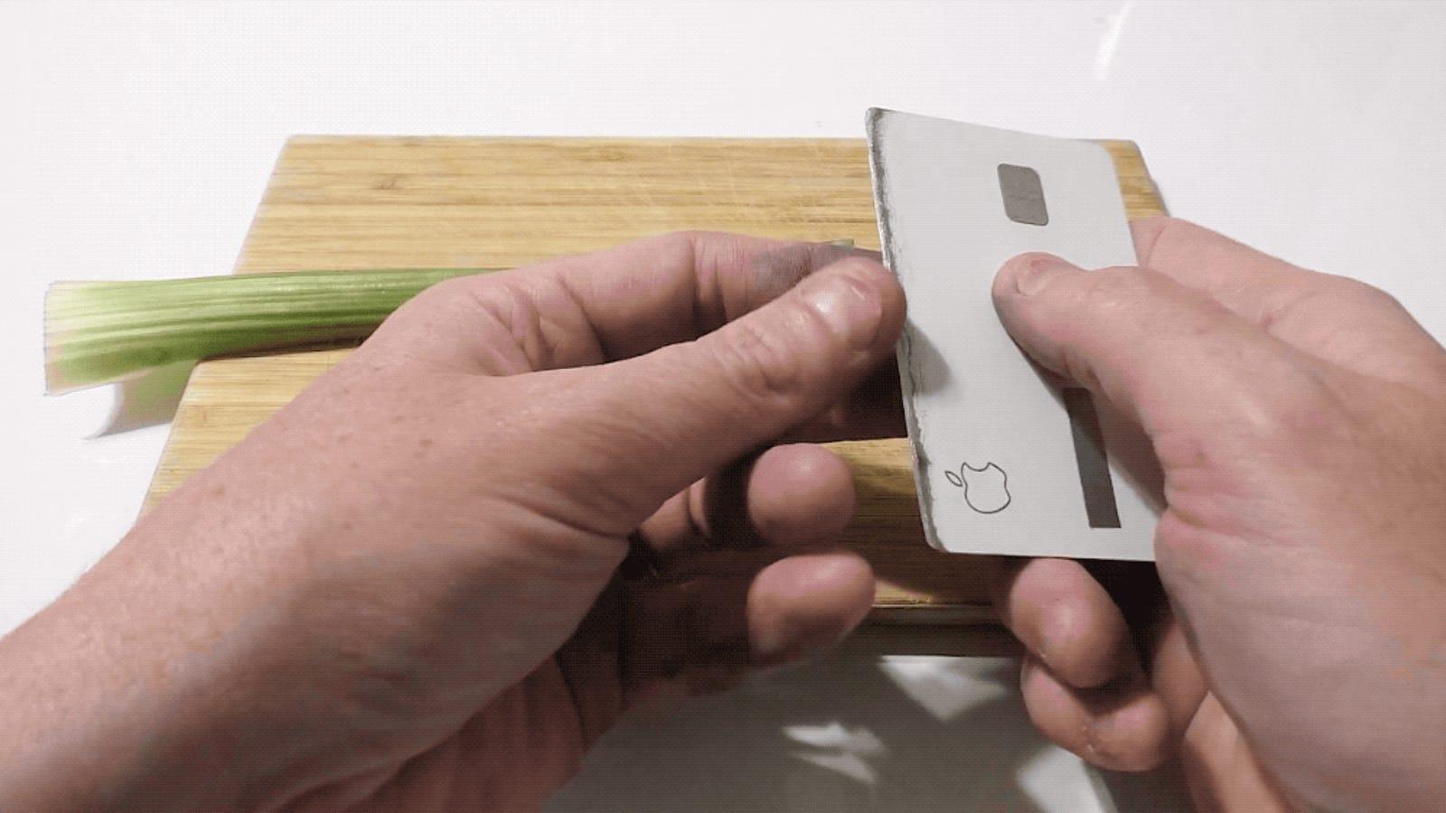 Convierten una Apple Card en un cuchillo filoso que pasa desapercibido