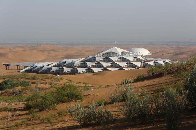 "Illustration for article titled El fabuloso hotel que ""flota"" sobre las dunas del desierto mongol"
