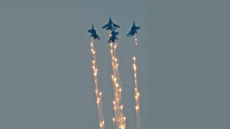 Illustration for article titled Beautiful Image of Russians Fighters Piercing the Sky