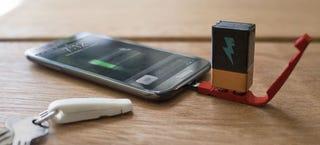 Este útil llavero solo necesita una pila para cargar tu smartphone