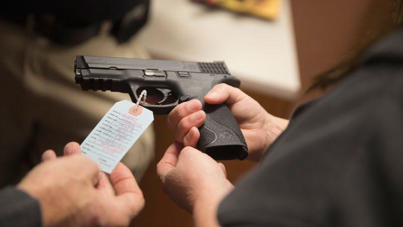 Illustration for article titled Florida aprobó permisos para llevar armas ocultas sin verificar antecedentes porque alguien olvidó iniciar sesión en el sistema