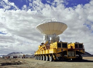 Illustration for article titled This Truck Carries 66 100-Ton Antennas To A 16,000-Foot Elevation