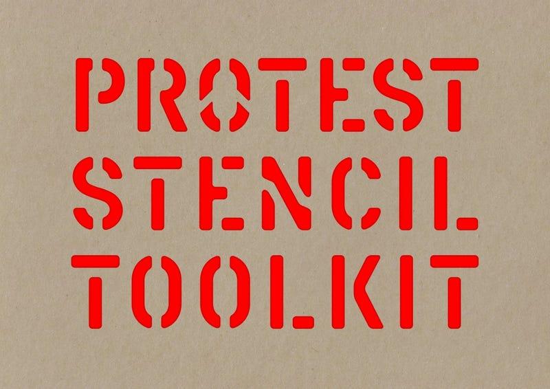 Illustration for article titled Ungváry Krisztián is a tankönyvlista ellen tiltakozók között