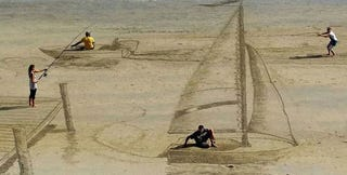 Illustration for article titled These 3D sand drawings create fun trippy illusions on the beach