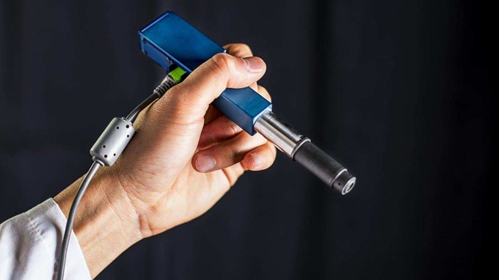 Este pequeño microscopio puede detectar el cáncer directamente en la consulta del médico