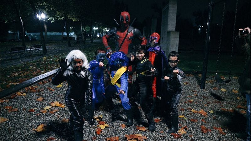 Illustration for article titled Ryan Reynolds dressed up as Deadpool, trolled a bunch of kids for Halloween