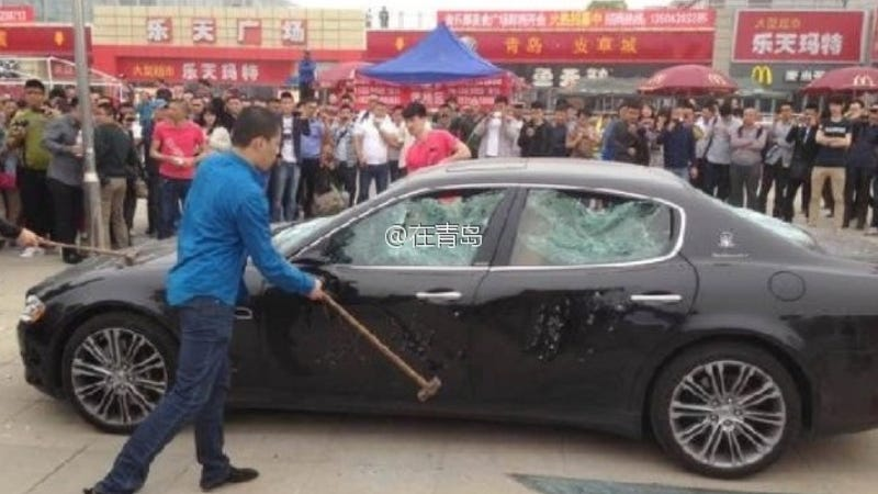 Illustration for article titled $423,000 Maserati Gets The Sledgehammer From Angry Owner In China