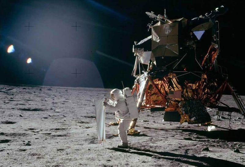 La mítica foto que supuestamente prueba que esta escena se grabó con focos en un estudio. Son reflejos sobre el cristal que protege la lente de la cámara.