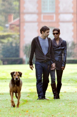 Illustration for article titled Gawk At Olivier Martinez & Halle Berry Holding Hands & They'll Sic Their Dog On You