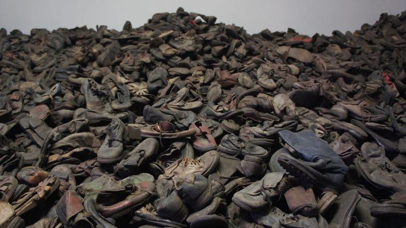 Zapatos de las víctimas del Holocausto en Auschwitz. Imagen: Wikimedia Commons