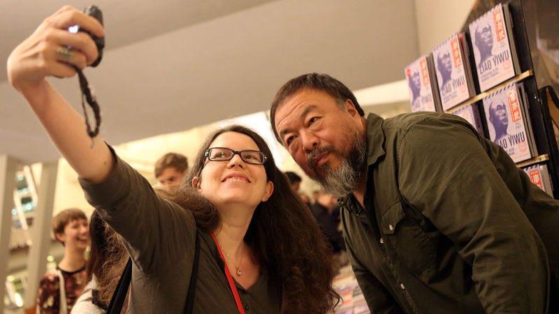 Una mujer se hace un selfie con el artista Ai Weiwei. Getty