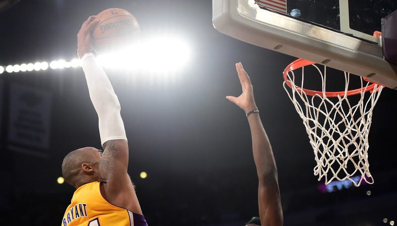 Illustration for article titled Kobe Dunked On A Guy!