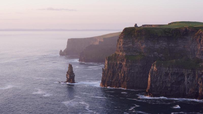 Packs de vacaciones a Irlanda | Gate 1 Travel | $230 de descuento con el código TZWAERFotografía: los acantilados de Moher, Irlanda. Foto de Vincent Guth, Unplash