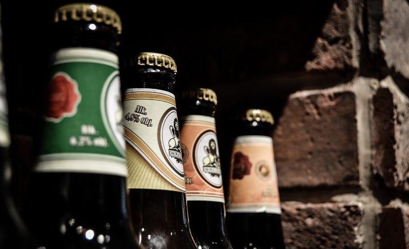 Illustration for article titled Por qué la cerveza se sigue vendiendo en botellas de cristal en lugar de plástico