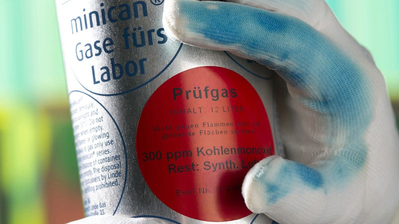 Illustration for article titled Color-Changing Gloves Alert Lab Workers To Invisible Toxins