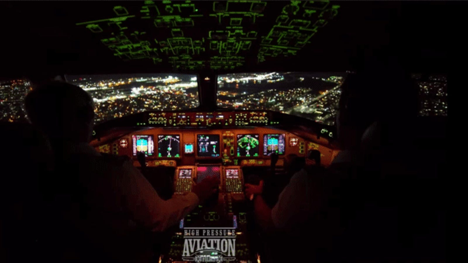 Así se aterriza un Boeing 777 en la noche en el aeropuerto más concurrido de la ciudad de Nueva York