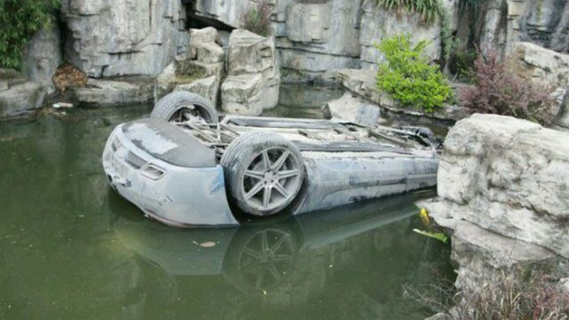 Illustration for article titled This Is What A Mercedes-Benz SLS AMG Looks Like When It's Upside Down In A Chinese Pond