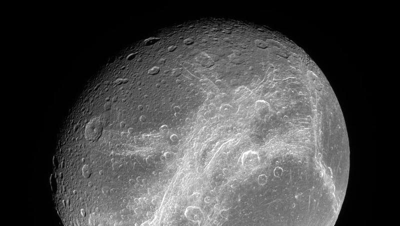 Dione, captada por la sonda Cassini