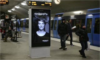 Illustration for article titled La modelo de este anuncio cobra vida cuando llega el metro