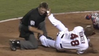 Illustration for article titled Torii Hunter Accidentally Drills An Umpire In The Head With His Cleat