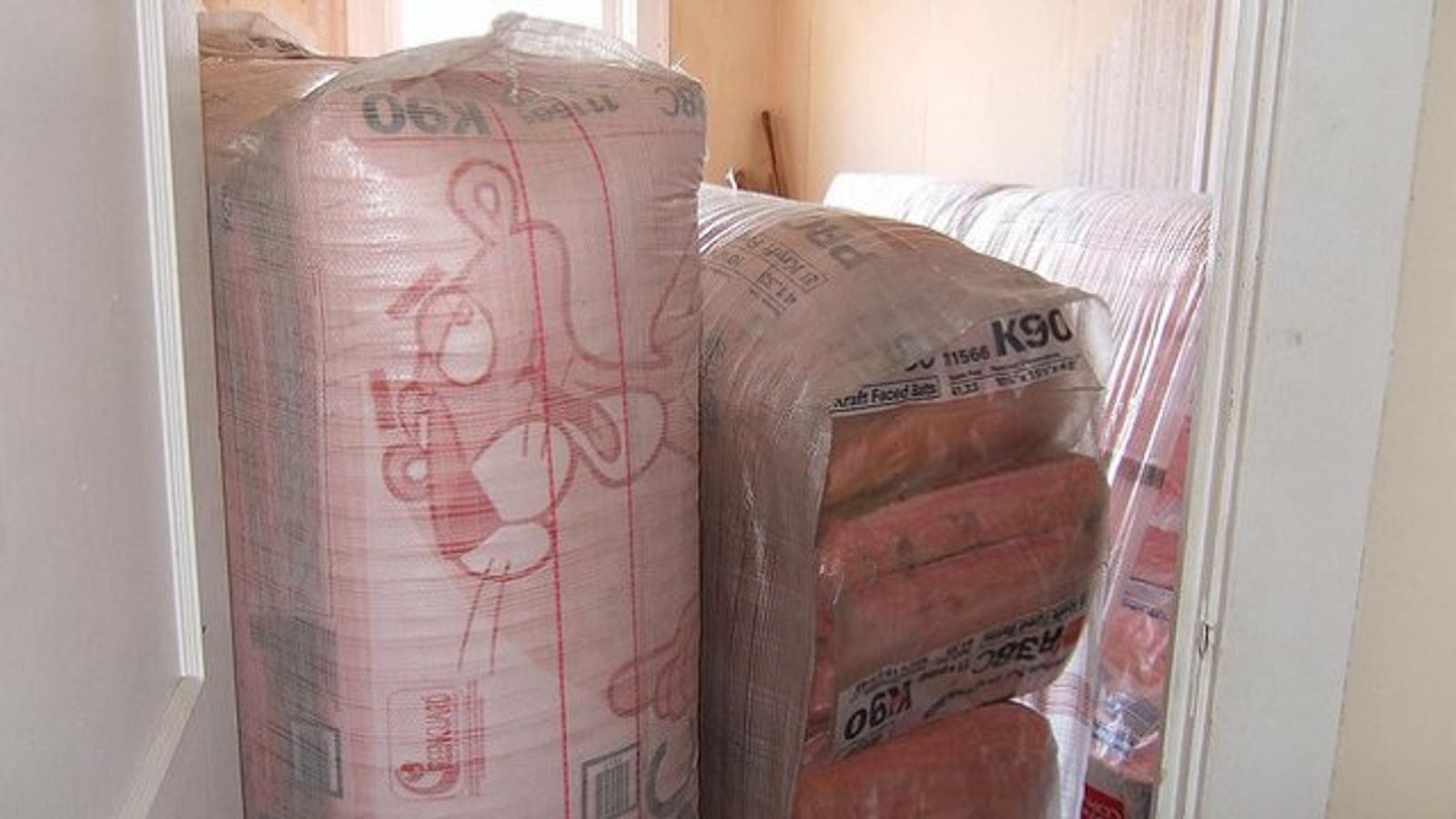 Use Baby Powder to Prevent Itching From Fiberglass Insulation