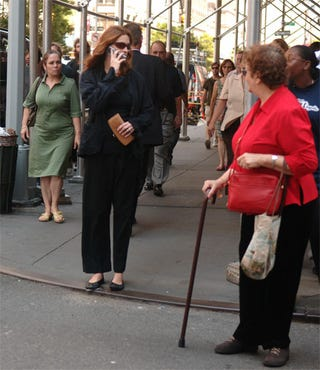 Illustration for article titled Julia Roberts Shocks Normally-Jaded New Yorkers With Wide-Legged Pants
