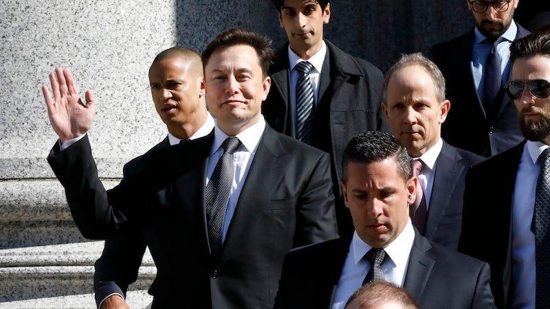 Elon Musk saliendo de los tribunales tras violar un acuerdo con la Comisión de Bolsa y Valores de Estados Unidos.
