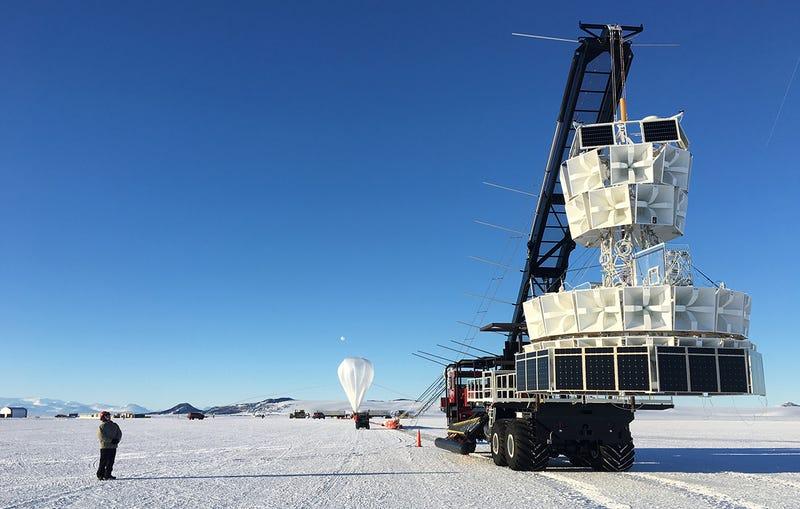 La Sonda ANITA, junto al globo atmosférico en el que viajó.