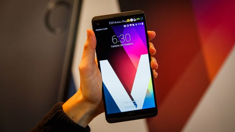Illustration for article titled The person in this LG V20 review picture has tiny Trump hands