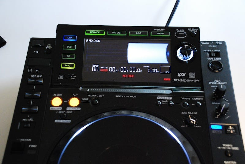 Illustration for article titled Pioneer CDJ-2000 Lets You Mix With the Help of a Big, Beautiful LCD Screen