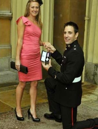 Illustration for article titled War Hero Proposes At Buckingham Palace