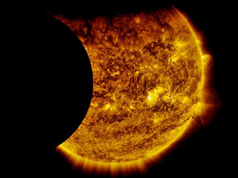 Illustration for article titled An Incredibly Rare View of a Double Solar Eclipse