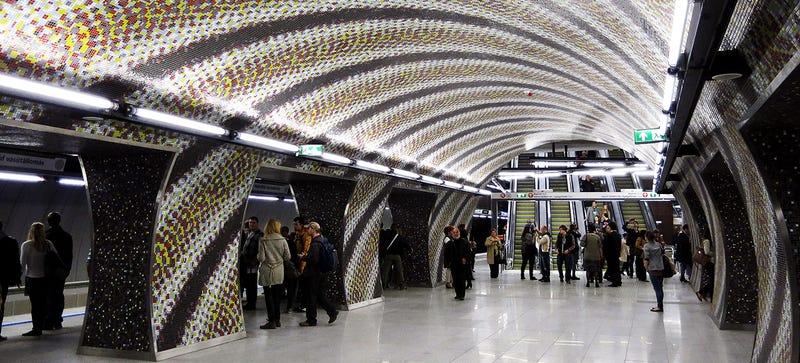 Illustration for article titled La nueva línea de metro de Budapest es un psicodélico viaje de diseño