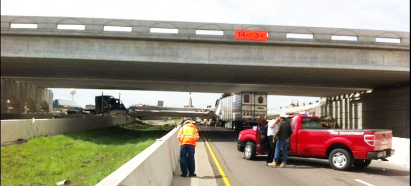 Illustration for article titled One Killed, Three Injured After 18 Wheeler Causes Texas Bridge Collapse